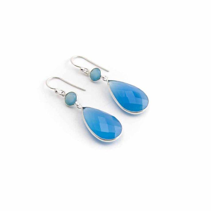 Dubbele blauwe oorbellen met chalcedoon in sterling zilver. Door de fijne sterling zilveren zetting valt het licht mooi in beide edelstenen.