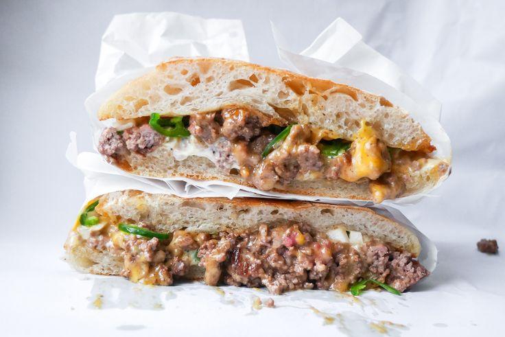 En klassisk hybrid mellan smörgås och hamburgare från Harlem i New York. Vi tycker den här klassikern har fått alldeles för lite uppmärksamhet i Sverige.