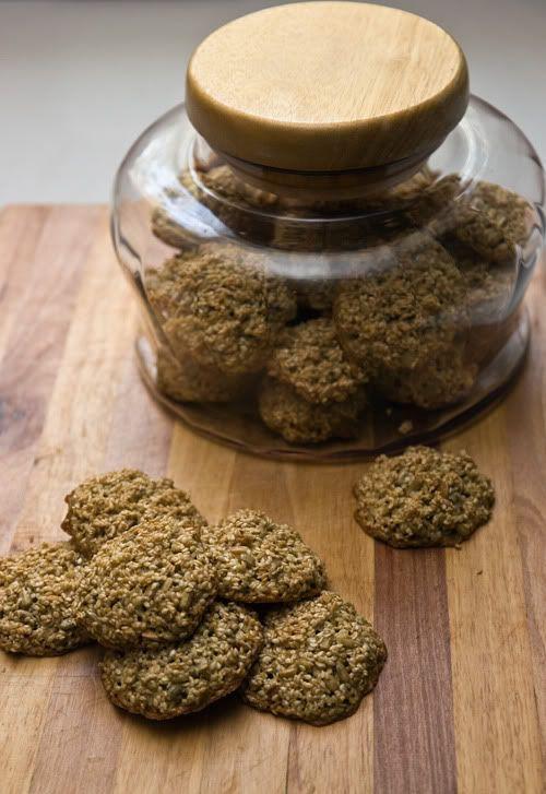 Кунжутно-семечкового печенья  2 ст. кунжута 1 ст. подсолнечных семечек 2 яйца 0.5 ст. светло-коричневого сахара