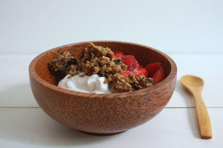 La granola es un recurso fácil y rápido para desayunar, el problema es que la mayoría que encontramos en el supermercado van repletas de azúcares (ya sea azúcar blanco, azúcar moreno, azúcar de coc…