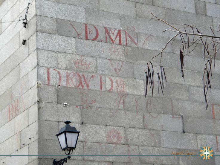 Toledo Espanha - Iniciais dos nomes dos melhores alunos do ano escritos com sangue de touro #Toledo #Espanha www.aquelelugar.com.br