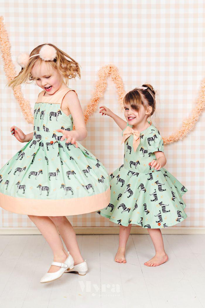 Na deel I met het bambi jasje , en deel II met een Louisa en Ileana jurk ,  krijgen jullie vandaag een Tinny jurk  en een Just Knot It dress...