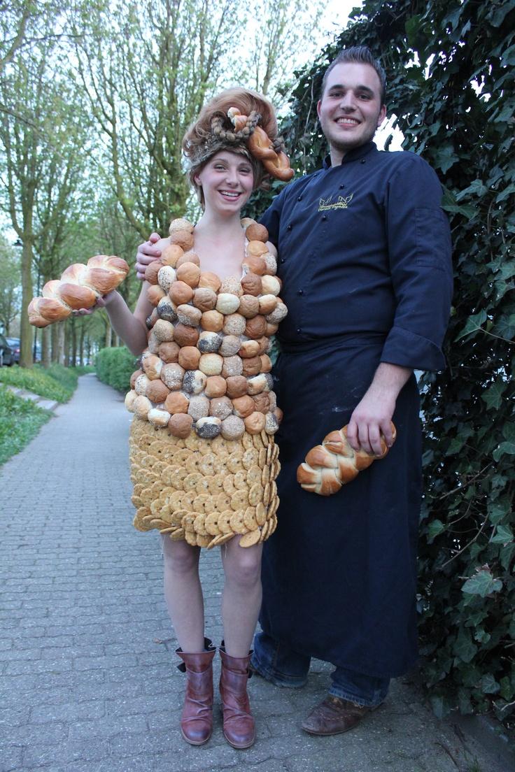 De bedenker en maker samen met het model en de jurk