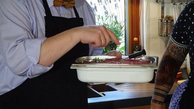 http://www.nachhaltigkeitsblog.de/2015/07/kocheinrichtung-nr-5-schweinefilet-55-grad-mit-zucchini-roh-und-gedaempft-live-an-den-werkstatt-tagen.html