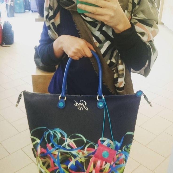 New Collection 2016/17 per il marchio Gabs. Coloratissima in tutto il suo splendore la Gabs Studio Filanti disponibile Online su www.carpelshop.com ! #Gabs #gabsworld #gabsstudio #Bag #handbag #Fashion #fashionstyle #Cool #autumnwinter #ai201617