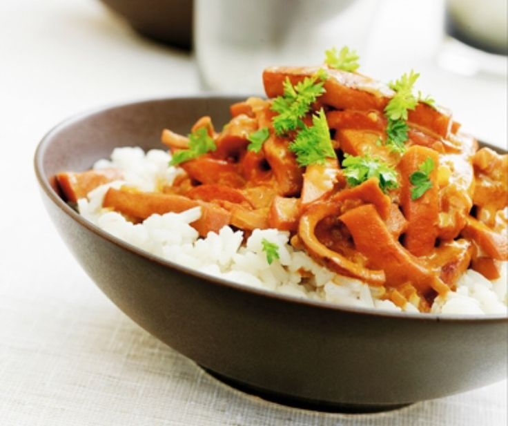 Korv stroganoff med ris och persilja (1. Skär korven i bitar och stek i en gryta med olja. 2. Addera 2 msk tomatpuré. 3. Blanda 2 msk mjöl med 5 dl mjölk i en skål. Häll i korvfräset under omrörning. Kasta ner en buljongtärning. Låt koka upp. 4. Krydda rikligt med paprikakrydda, lite cayennepeppar och ketchup och chilisås efter smak. Smaka av. 5. Servera med ris.)
