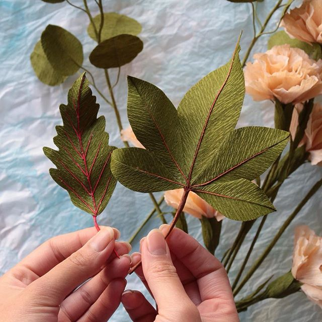 It's all about the veins!  Hand modelling by @mylinhhd ✨✨ #papetal #paperplants