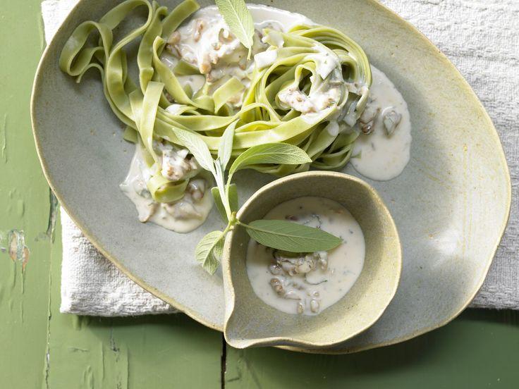 Bandnudeln mit Gorgonzolasauce - Walnüssen und Salbei - smarter - Kalorien: 520 Kcal - Zeit: 30 Min.   eatsmarter.de Mmhhh .. diese Pasta muss man probiert haben.