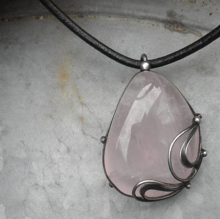 Růženínové snění... Šperk je vyroben z cínu a růženínu. Rozměry šperku jsou 3,5 x 5 cm. Šperk je zavěšen nakoženém řemínku délky 45 cm, který je zakončen ručně vyrobeným zavíráním. V případě, že by Vám nevyhovoval kožený řemínek, mohu Vám nabídnout buď ručně vyrobený řetěz délky 40 - 90 cm, nebo bižuterní řetízek (na druhém obrázku). Při ...