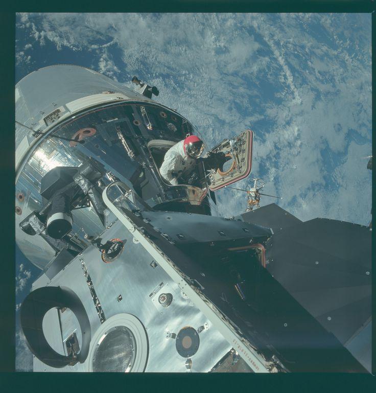 Dave Scott mászik ki az űrhajóból a 9-es Apollo-küldetéskor. Scott az anyahajó parancsnoka volt, és amit látunk, az az űrséta egyszerűsített formája, amikor az űrhajós nem hagyja el a zsilipet, csak kiemelkedik rajta, például hogy fényképezzen. A kép további érdekessége a piros sisak: az Apollo-9 nem ment el a Holdig, ezért nem a közismert fehér sisakot használták, már csak azért sem, mert azt épp ekkoriban fejlesztették. Ez a piros sisak átmenet volt a félig fém, félig üveg sisakok, és az…