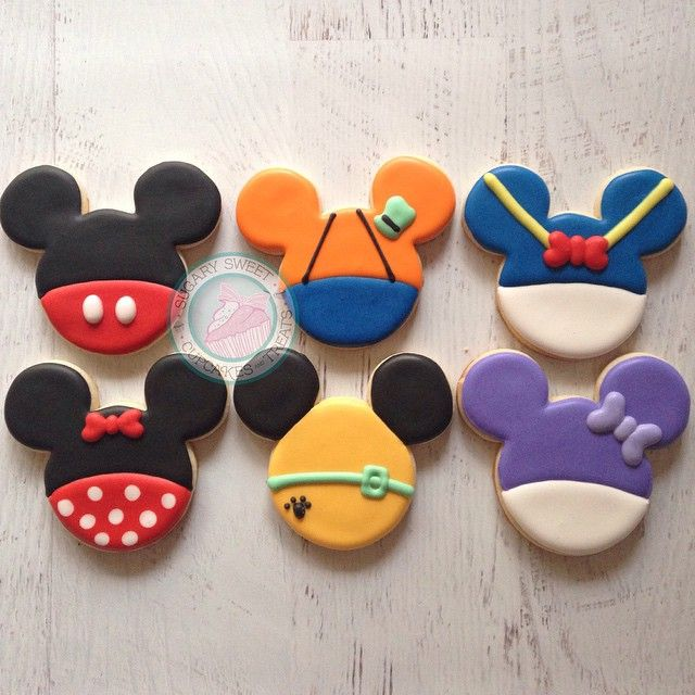 Mickey, Goofy, Donald, Minnie, Pluto & Daisy Outfit in Mouse Ears Cookies