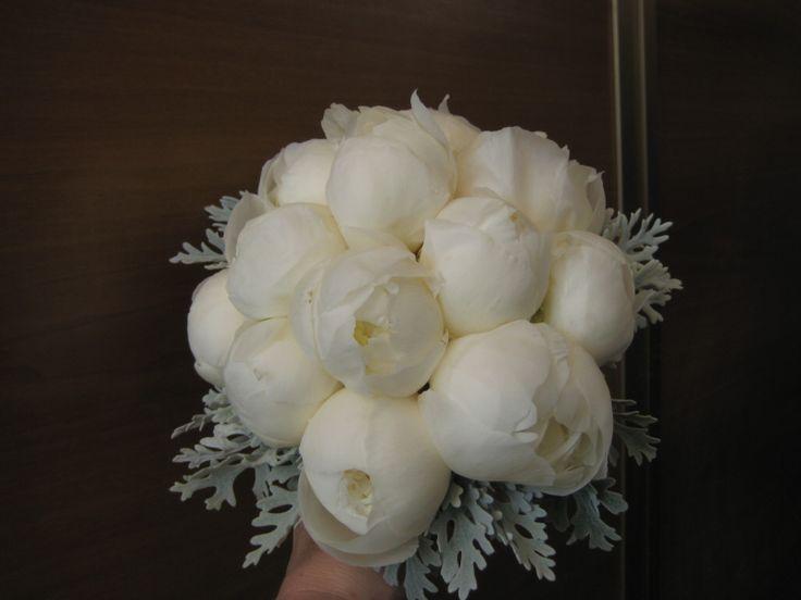 Brautstrauss mit weissen Pfingstrosen und Silberblatt Bridal bouquet with white Peones  Bouquet da sposa con Peonie bianche