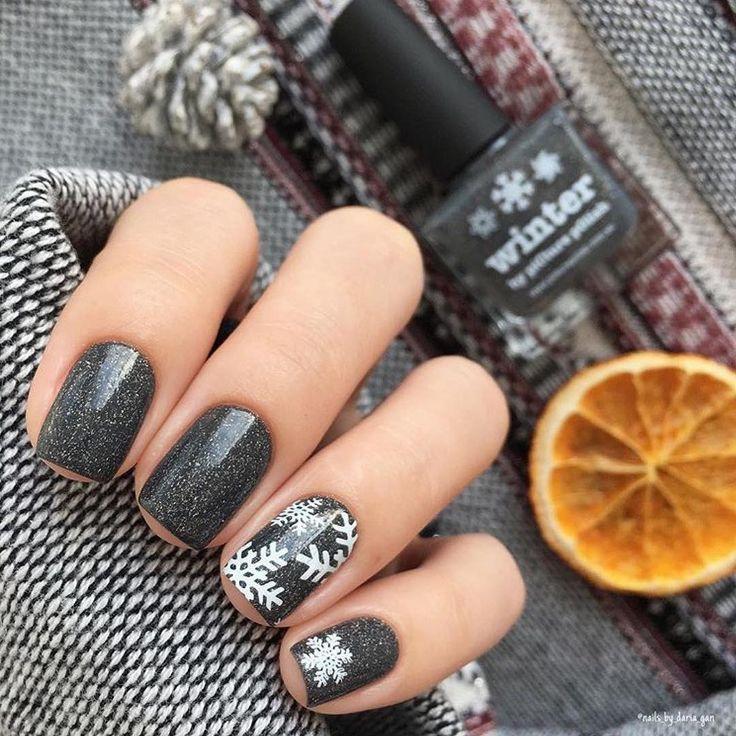 #WinterNägelWenn es grau ist, suchen Sie nach Schneeflocken … #picturepolish 'winter' @nails_by_daria_gan shop / link in bio