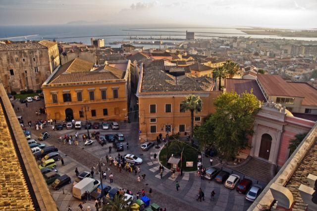 MyCagliari: Piazza dell'Indipendenza: vecchi palazzi, arte, st...