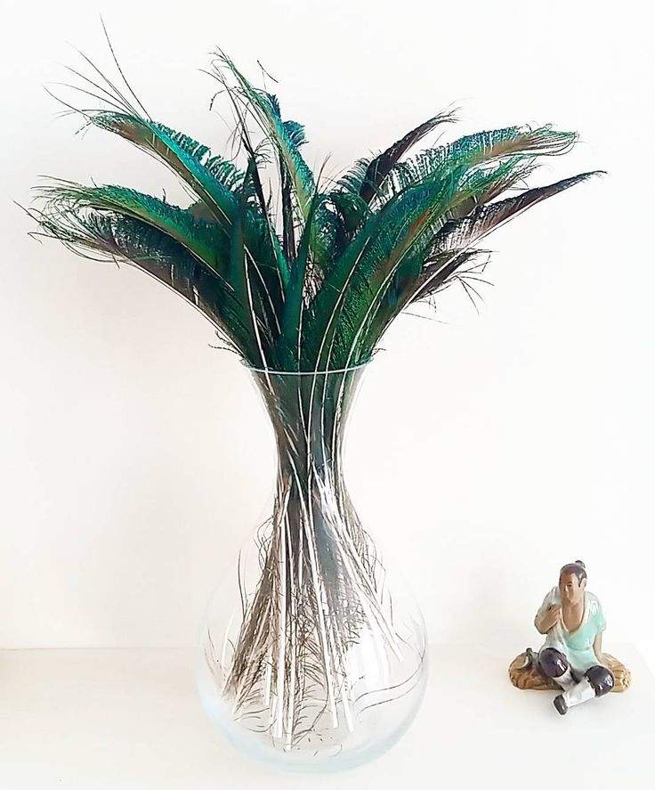 Decoration with feathers is my new-old thing. This is how gorgeous my  2.00 vintage decanter looks as a feather vase. Simple quick and effective my kind of craft.  #feathercrafts #craftholic #feathers #bohostyle #gypsystyle #decoration #homedecor #handmade #crafts #craftsupplies #peacockfeathers #hometrend #homemade #craftsupplies