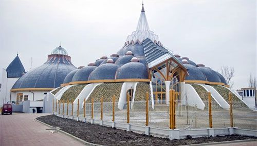 The exotic onion-inspired design of the Hagymatikum Thermal Baths in Makó, Hungary ( An area famous for its excellent onions, seriously.)