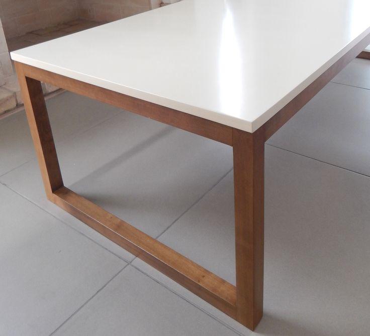 Mesa con tapa laqueada beige y patas en madera contacto for Mesa blanca y madera