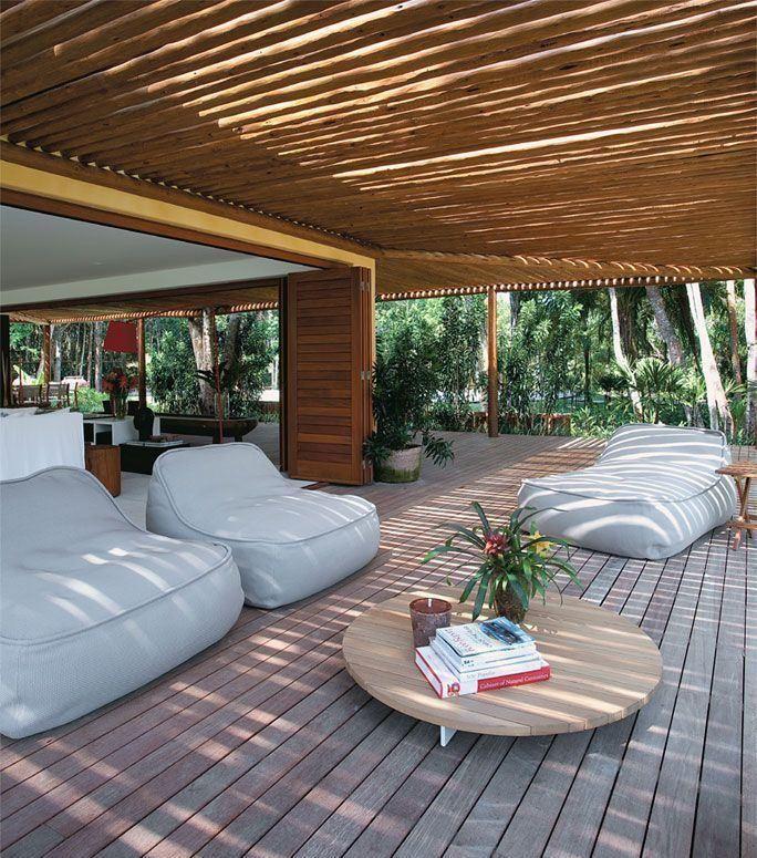 aranda ampla com pufes e cobertura de bambu