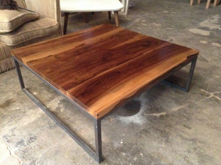 Mesa con base de hierro y tapa de madera lustrada
