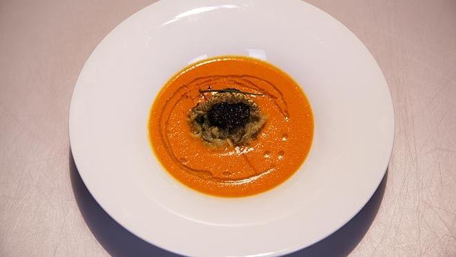 Impress Your Friends | Verpak de aubergine      in dubbel aluminiumfolie en pof in 45-55 minuten zacht in de oven. Laat de      aubergine tot handwarm afkoelen en halveer over...