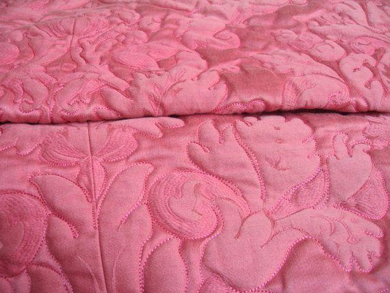 Dessus de lit en jacquart molletonné rose / Couvre-lit matelassé façon boutis fleurs brodées / Couette ancienne ouatée / Rétro Shabby chic