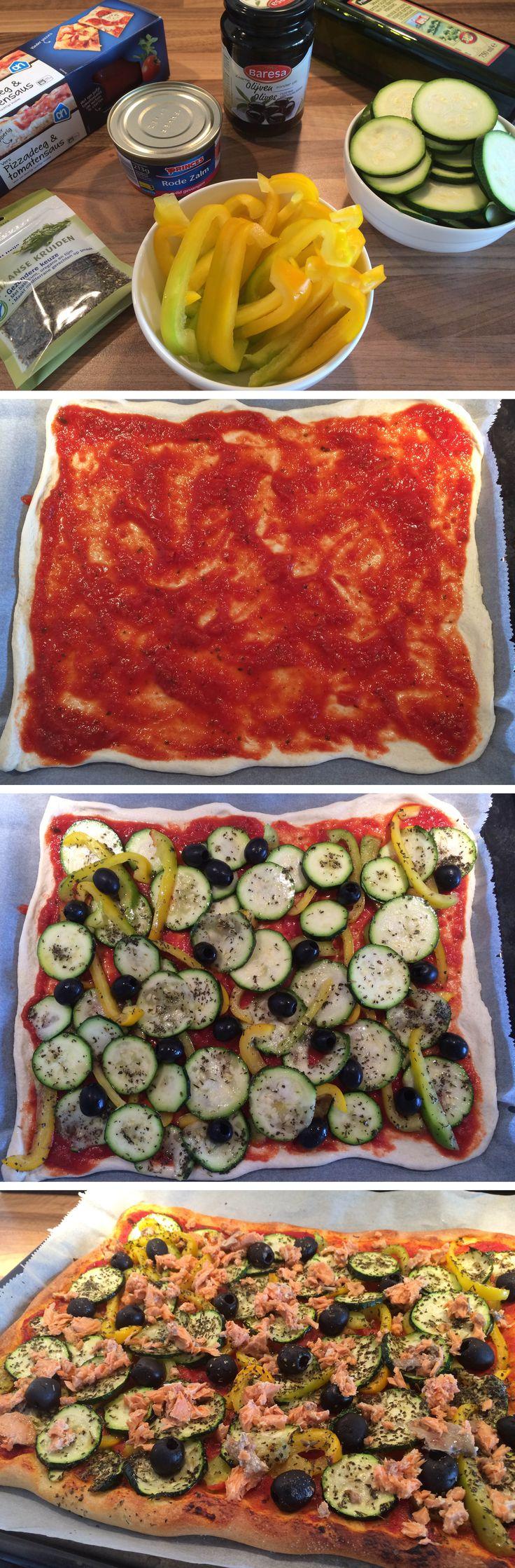 Heerlijk pizza met zalm, courgette, paprika en olijven! Kijk voor het recept op de site!