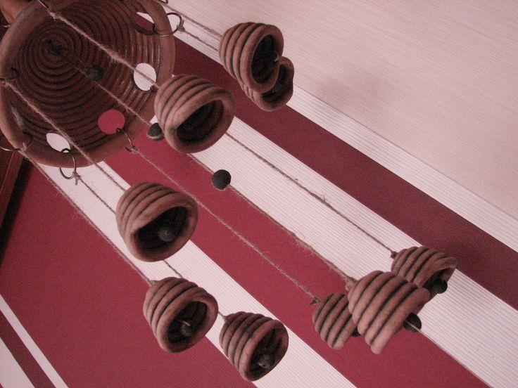 Zvonková zvonkohra Keramická zvonková zvonkohra, větrohra, celkem 9 zvonečků, délka bez kovového tepaného řetízku po kuličku je 58 cm, řetěz o délce 29 cm, závěs na konopných provázcích a kovových kroužcích. Vrchlík má průměr 18 cm a výšku 17 cm. Vyrobeno z červenice, patinováno černým burelem, matné. Navštivte také můj druhý profil anerinov a spřátelený ...