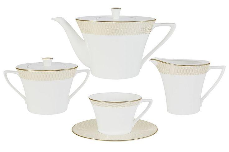 Чайный сервиз из костяного фарфора на 6 персон «Бриз Голд»      Бренд: Narumi (Япония);   Страна производства: Индонезия;   Материал: костяной фарфор;   Количество персон: 6;   Количество предметов: 17 шт;   Объем чашки: 240 мл;   Объем чайника: 1,34 л;   Объем молочника: 290 мл;   Объем сахарницы: 340 мл;         Чайный сервиз из костяного фарфора на 6 персон «Бриз Голд» состоит из 17 предметов:         6 чашек 0,24 л;      6 блюдец;      1 чайник с крышкой 1,34 л;      1…
