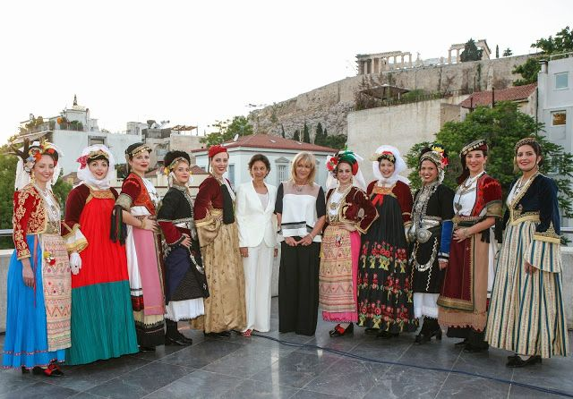 Τα SPECIAL OLYMPICS 2015 Βράβευσαν τους Αθλητές στο Μουσείο Ακρόπολης.Η Πρόεδρος των Special Olympics Hellas Γιάννα Δεσποτοπούλου και η Πρόεδρος του Λυκείου Ελληνίδων Ελένη Τσαλδάρη με τα Μέλη του Λυκείου Ελληνίδων που φορούν υπέροχες παραδοσιακές ενδυμασίες. Μιχαήλ Ρωμανός φωτογραφίες:Studio Panoulis