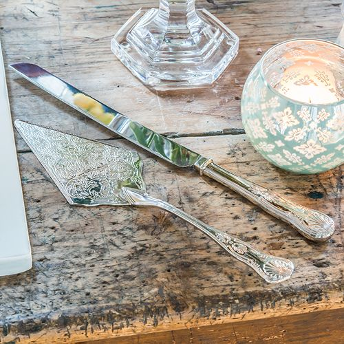 Vintage geïnspireerd zilveren taartbestek. De antieke charme van dit taartbestek zorgt voor een perfect beeld tijdens het aansnijden van de bruidstaart