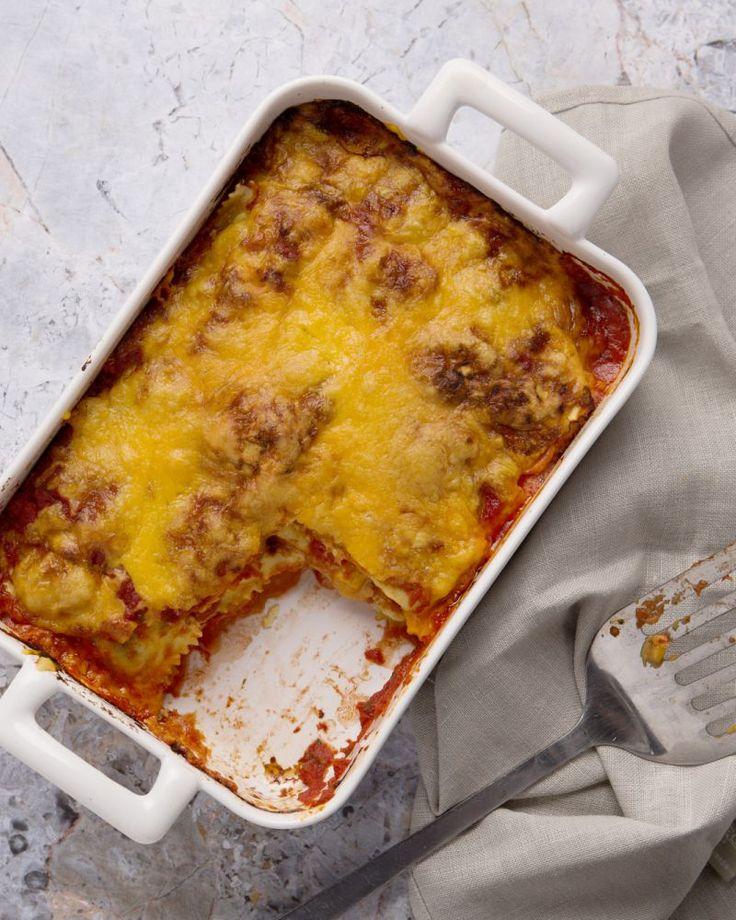Deze verrassende lasagne van ravioli heeft maar 3 ingrediënten en is dus lekker makkelijk en goedkoop! Een echte aanrader, ook voor de kindjes.