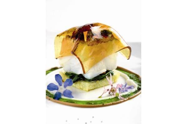 Tus invitados se quedarán boquiabiertos si les prepararas esta receta de bacalao con patatas, alioli de manzana y transparencia de miel. ¡Exquisita!