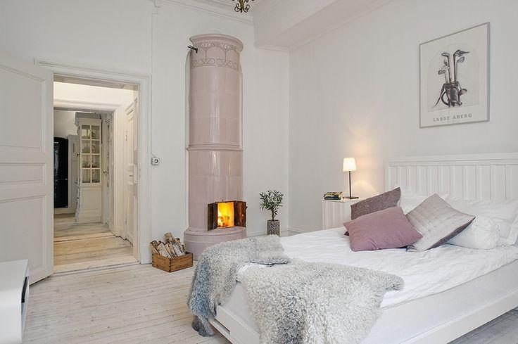Sovrum med rosa kakelugn