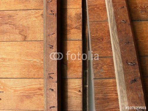 Solide Tischlerarbeit mit braunem Holz an einer alten Scheune in Bielefeld im Teutoburger Wald