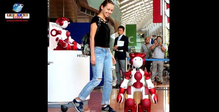 Robôs com inteligência artificial auxiliam passageiros no Aeroporto de Haneda (Tóquio).