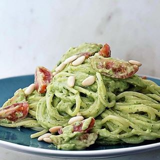 #awokado #avocadopasta #PodNiebienie #avo #avocado #spaghetti #pasta #makaron #orzeszkipini #pinenuts #onthetable #feedfeed #fooddiary