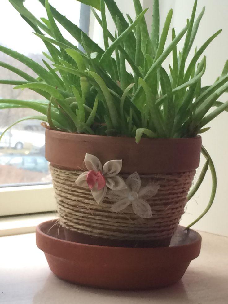 Potte med sejlgarn, og hjemmesyede blomster af stofrester