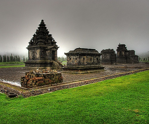 Kompleks candi Dieng, Central Java.  Temple complex at Dieng.