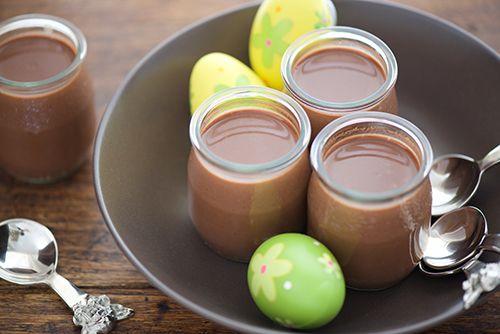 PETITS POTS DE CRÈMES AU CHOCOLAT NOIR ET AU LAIT DE COCO #paques #chocolat https://www.95degres.com/recipes/56f3ec367369c4095cd6c43c