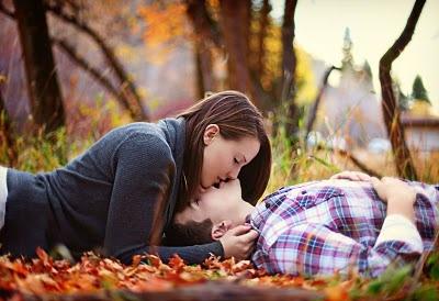 Casal em sweetlove deitados com corte na cintura. #casal #sweetlove #beijo