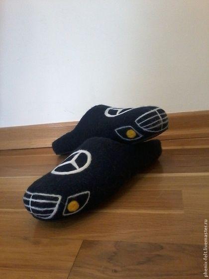 Купить или заказать Тапочки мужские 'Мерседес' в интернет-магазине на Ярмарке Мастеров. Мужские тапочки сваляны полностью вручную из мериносовой шерсти. Очень плотные и легкие, хорошо держат форму. Тапочки из войлока отличаются особым теплом и гигроскопичностью. Можно и даже желательно носить тапочки из войлока на босую ногу. В валяных тапочках ноги всегда остаются в тепле, не потеют, не мерзнут, не устают. Варианты рисунка могут быть различными.