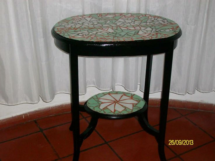 mesa antigua revestida con ceramicas  autor: claudia lara