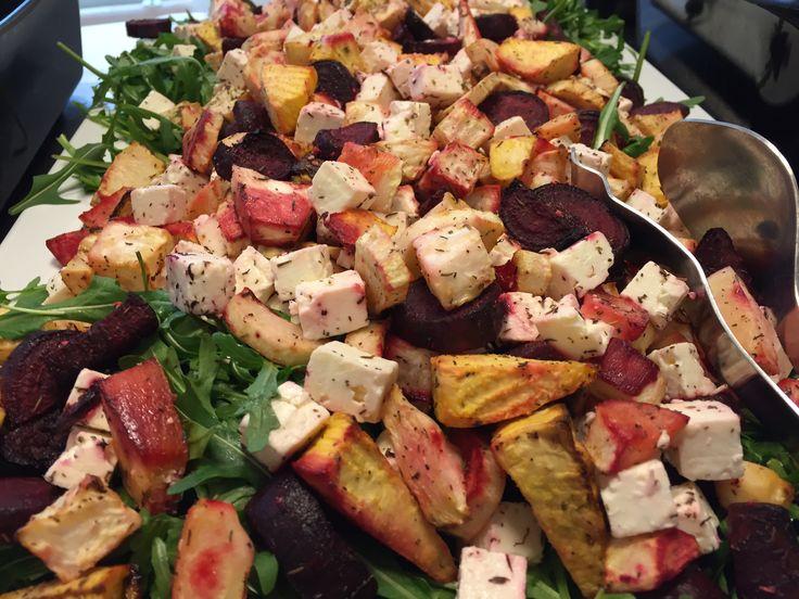En dejlig vintersalat som kan varieres alt efter hvilke rodfrugter du har liggende. 1 1/2 kg. Blandede rodfrugter, skrællede og skåret i passende stykker. olie timian feta rucola Vend rodfrugterne med olie og timian og bag den i ovnen ved 200 grader i 30 minutter. Afkøl dem lidt inden de kommes over salaten. Drys med…