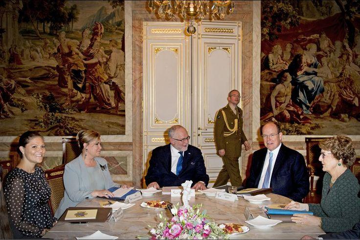 La plus studieuse  Ce jeudi 15 octobre, s'est réuni à Luxembourg le Conseil honoraire du Comité international paralympique. L'occasion de voir s'asseoir autour de la même table la princesse héritière Victoria de Suède, le prince Albert II de Monaco, la grande-duchesse Maria-Teresa de Luxembourg et la princesse Margriet des Pays-Bas.