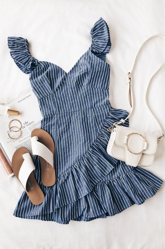 Blau-weiß gestreiftes Minikleid mit Rüschen. Nach all deiner harten Arbeit