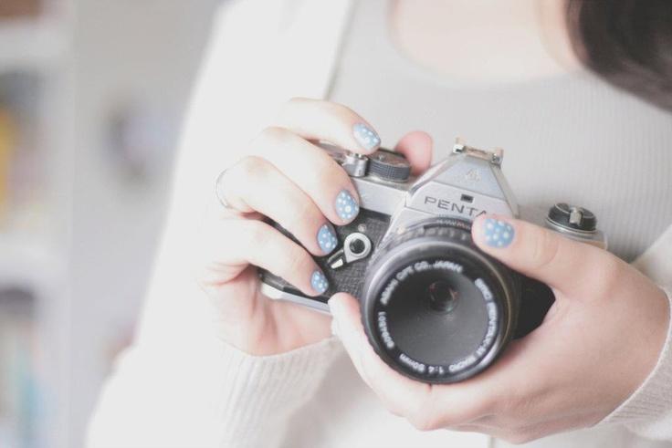 camera fotografica e unhas de bolinhas