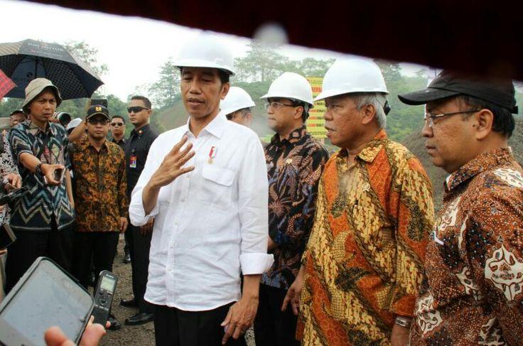 Presiden Jokowi menjawab pertanyaan wartawan usai meninjau lokasi pembangunan Jalan Tol Bawen – Salatiga di Kecamatan Bawen, Kabupaten Semarang, Jawa Tengah, SEMARANG ,08 Apr 2017-Presiden Joko Wid…