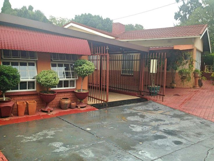 YESTER YEAR'S CHARM - GREAT FAMILY HOME WITH FLATLET- RENTAL INCOME. 220 sqm house with another 50 sqm flatlet, situated on spacious 1193 sqm stand, with plenty of space for pets & kids. Ideally located in central Centurion. Close to all required amenities, Unitas Hospital, Centurion Mall, Doringkloof Mall, Gautrain station, great schools in the area. Property features 3 spacious bedrooms, enough built-in cupboards, 2 bathrooms, 1 en-suite, big lounge with cosy fireplace, dining, room…