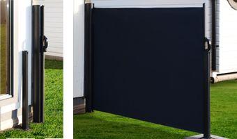 JABO Utdragbar skärm En modern utdragbar skärm i svart polyester. Välj själv att skärma av för vind eller för insyn när det passar. Dra enkelt ut skärmen ur kassetten vid användning och för tillbaka på samma vis. En skärm som skapar valfrihet på er uteplats. Väggfäste, stolpfäste och golvinfästning i svart aluminium. Skärm i svart polyester 250 gr/m²