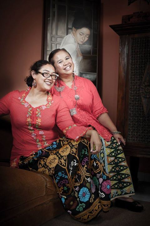 Aunty Mira et me in matching red encim kebaya :). I am wearing Songket Bali, beautifully adorned with flower patterns. While Aunty Mira wears Cirebonan tumpal batik..